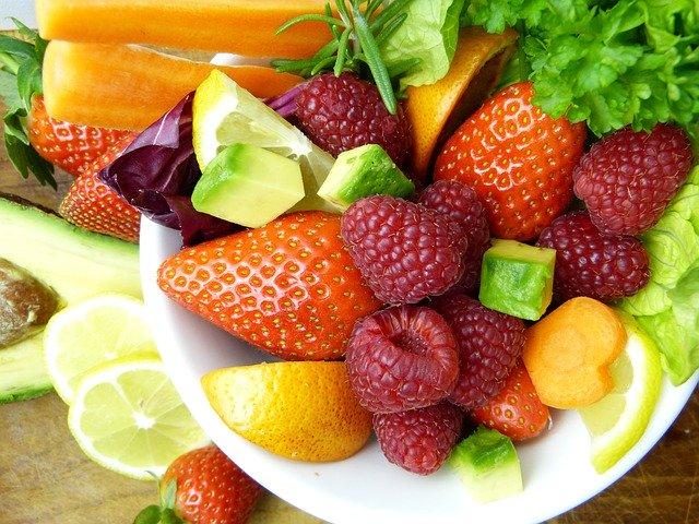 salat med frukt og bær